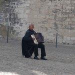 アヴィニョン教皇庁・・・アコーデオンを弾くおじさん