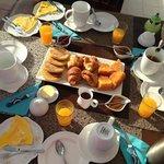 Petit-déjeuner servi sur la terrasse