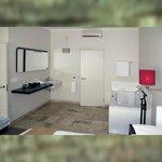 Schlafzimmer mit Badewanne & Waschtisch