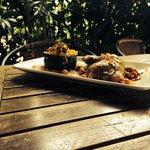 Cuisse de volaille à la marocaine,jus au cumin et pois chiche,grain de couscous à la courgette p