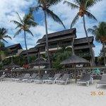 hotel vu de la plage photo prise de la pirogue