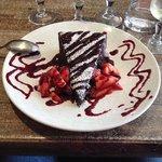 Chaud froid au chocolat arrosé de coulis de fruits rouges et fraises