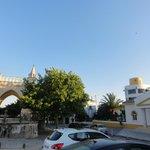 Вид на центральный вход отеля и соседюю церквушку
