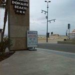 Vista desde la entrada del hotel: a pie de playa, no hay ni calle con tráfico, la entrada es atr
