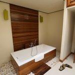Nantra De Deluxe - Krabi Town - Indonesia - Wandervibes - bathroom area w/bathtub