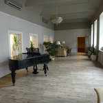 Sala de estar com piano de cauda