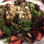 Magnífica ensalada de atún fresco frutas de mercado