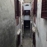 узкий проход между двумя частями дома