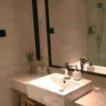双人床房-无浴缸的卫生间,单个洗手台。