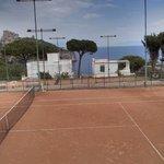 campo da tennis e panorama sullo sfondo dall'hotel