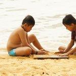 Asyiknya anak bermain pasir