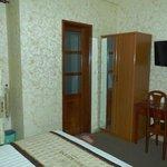 奥の扉がシャワー室謙トイレ、左手の窓を開ければ隣の建物の壁