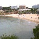 La playa dels Capellans con el hotel al fondo