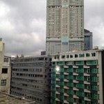 部屋から重慶大厦を臨む  手前左   奥はハイアット