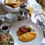 ルームサービスの朝食。キャリーの上にトレー乗ってる・・・
