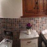 una panoramica del delizioso bagno della nostra camera