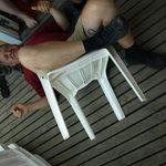 Nedslidte plastic stole på terassen