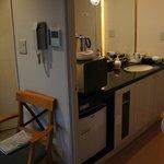 広めの洗面台。レンジと冷蔵庫つき