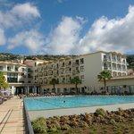 вид на отель и бассейн со стороны океана