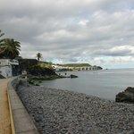 дорожка вдоль пляжа и отеля