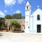 La chiesa, ricostruita. A sinistra la cappella votiva