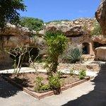 Vista del giardino che guarda su tutte le grotte eremitiche.