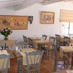 La salle de restaurant et les peintures de Dany Lartigue