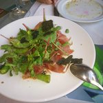 Ensalada de algas y jamón con habitas tiernas