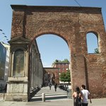 Arco (resto de um edifício romano demolido em 1935) das 16 colunas romanas.
