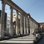 16 colunas de mármores construídas no século III, no local havia as termas do Imperador Massimia