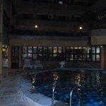 área da piscina a noite