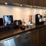Hôtel 71 - Québec... Recepção acolhedora, café expresso, chás diversos , água mineral, servidos