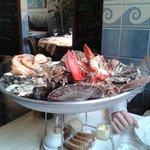 Plateau de fruits de mer avec le homard