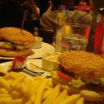 grandes hamburguesas en el bar del hotel