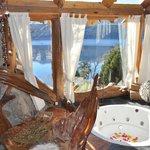 Habitación con bañera de hidromasajes con vista al lago
