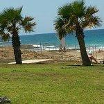 пляж через дорогу от отеля
