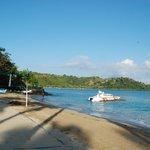Spiaggia e una delle barche del diving