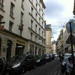 La rue, avec l'hôtel à gauche et la Panthéon en travaux au fond