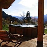 The outdoor jacuzzi can be used summer and winter.