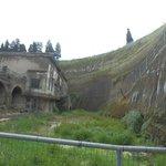 Questo è il dislivello tra l'attuale piano strada, in alto, e la città di Ercolano.