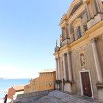 la piazzetta della chiesa con lo sfondo del mare
