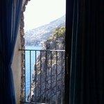 veduta dalla finestra della stanza a picco sul mare