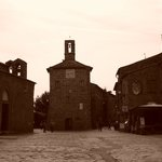 Sovana: Piazza del Pretorio, a destra la Chiesa di Santa Maria
