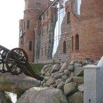 у входа в отель-замок (или наоборот) все, как и должно было быть в Средние века