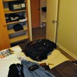 Parte do quarto de casal com a cama king e armários (com cofre)