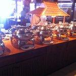 Plusieurs plats thaïlandais et occidentaux .