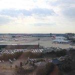 最上階のエレベーターホールから見える空港