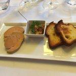 Délicieux foie gras avec chutney d'ananas