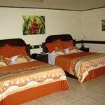 Zwei große Betten im Zimmer 203