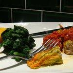Fleurs de courgettes farcies (noix de veau, Laguiole), sauce tomate, épinards, polenta frite